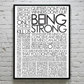 Plakat med Citatcollage - Being Strong, sort/hvid